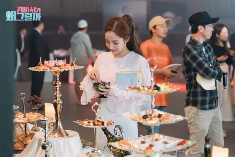 Đói quá rồi nên Min Young muốn ăn tạm thứ gì đó.