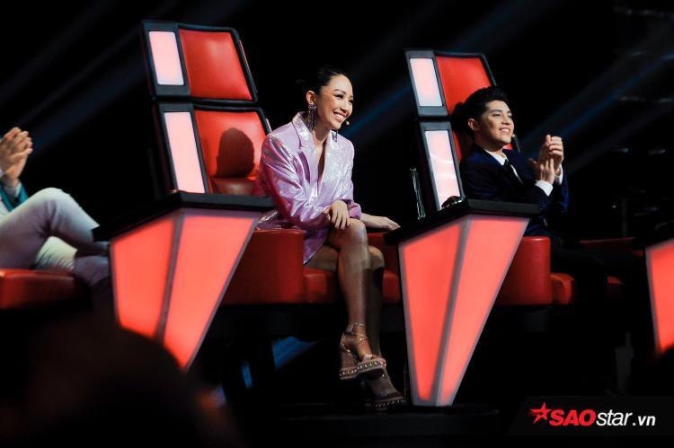 HLV Tóc Tiên và Noo Phước Thịnh yêu mến phần trình diễn tròn trịa của Hương Giang và Triệu Thiên Bình.