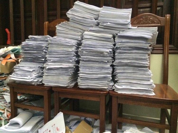 Hình ảnh về số chữ ký mà gia đình đã thu thập được để gửi lên tòa án đề nghị tử hình hung thủ.