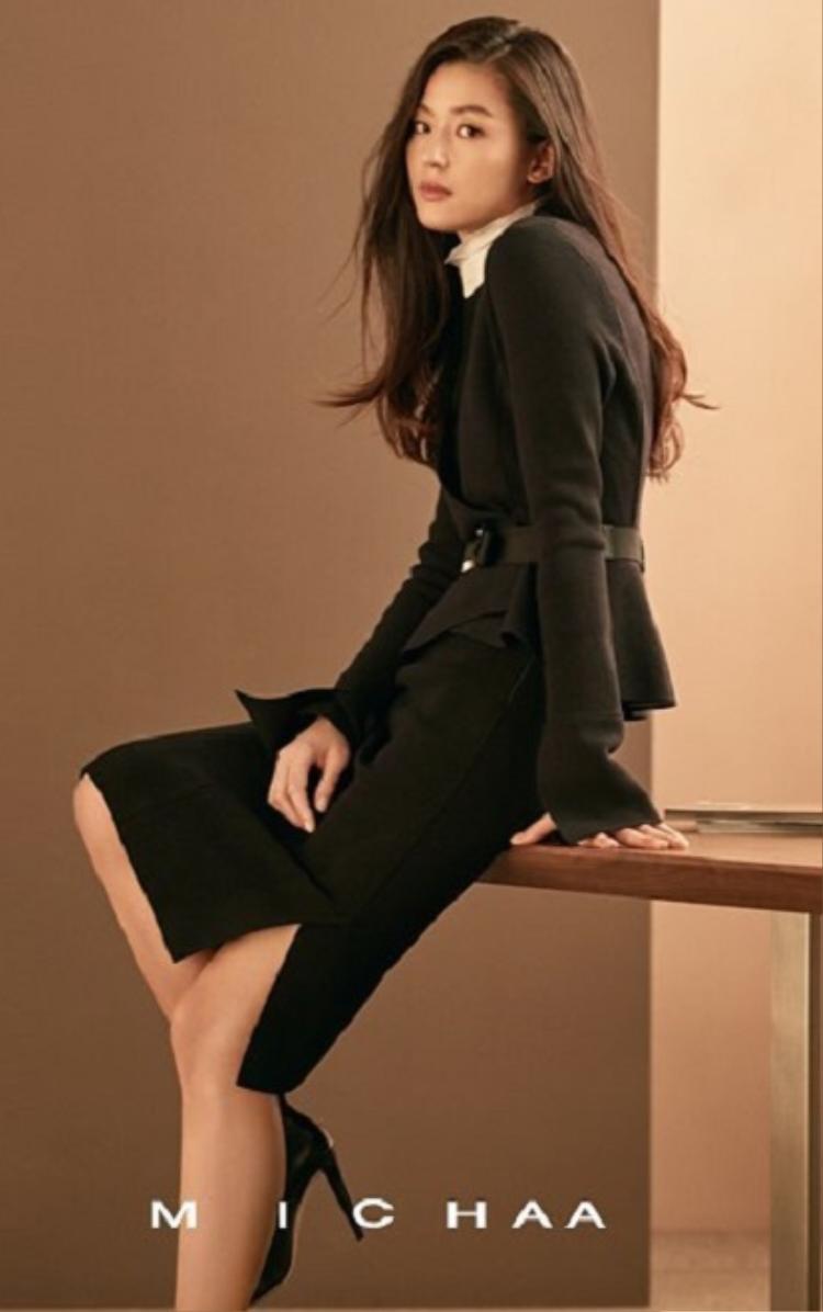 Jun Ji-hyun là nữ diễn viên có vẻ đẹp đa dạng, từ gợi cảm đến sự hấp dẫn và thanh lịch