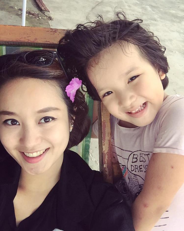 Mi Vân bên cô con gái Bào Ngư đáng yêu.