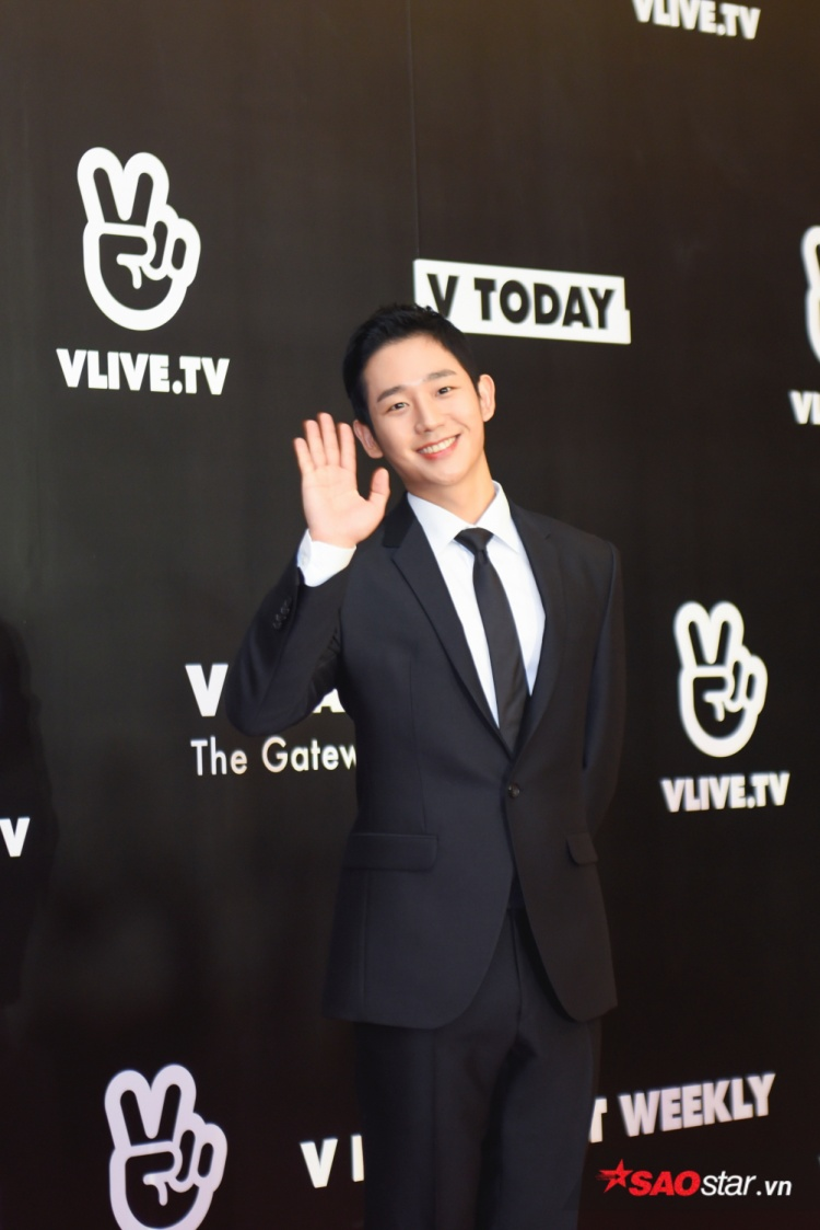 Jung Hae In thân thiện chào khán giả.