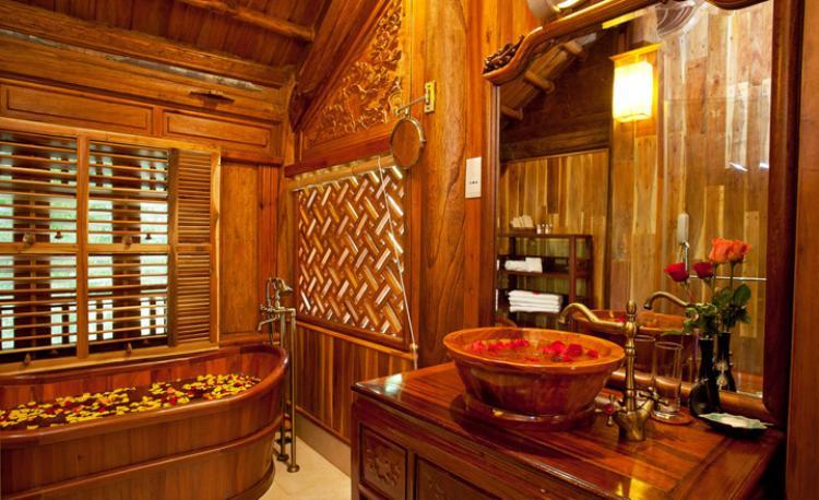 Nếu thích một chiếc bồn tắm như trong một bộ phim cổ trang thì hãy tham khảo thiết kế này nhé. Qúa ấn tượng phải không nào?