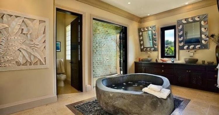 Một chiếc bồn tắm trông như những chiếc giếng hay chum vại hồi xưa đầy lạ mắt và ấn tượng.