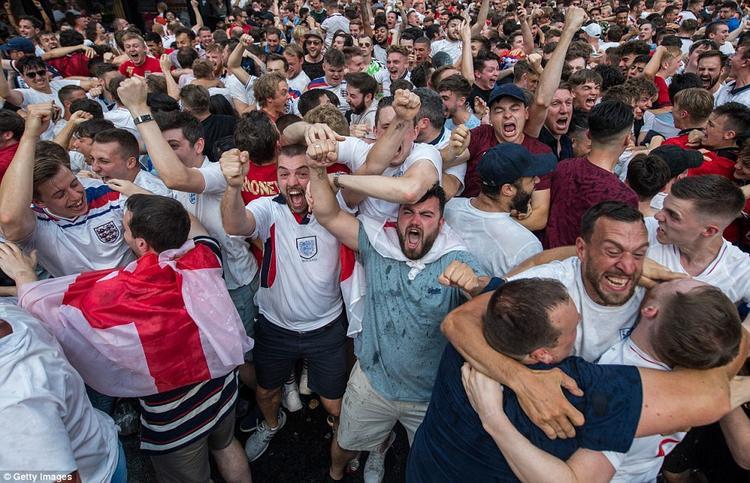Hân hoan trước niềm vui chiến thắng, trên khắp các tuyến đường tại Anh, các fan hâm mộ bóng đá đều đổ ra ăn mừng, tạo thành cảnh tượng hết sức hỗn loạn. Ảnh: Getty Images