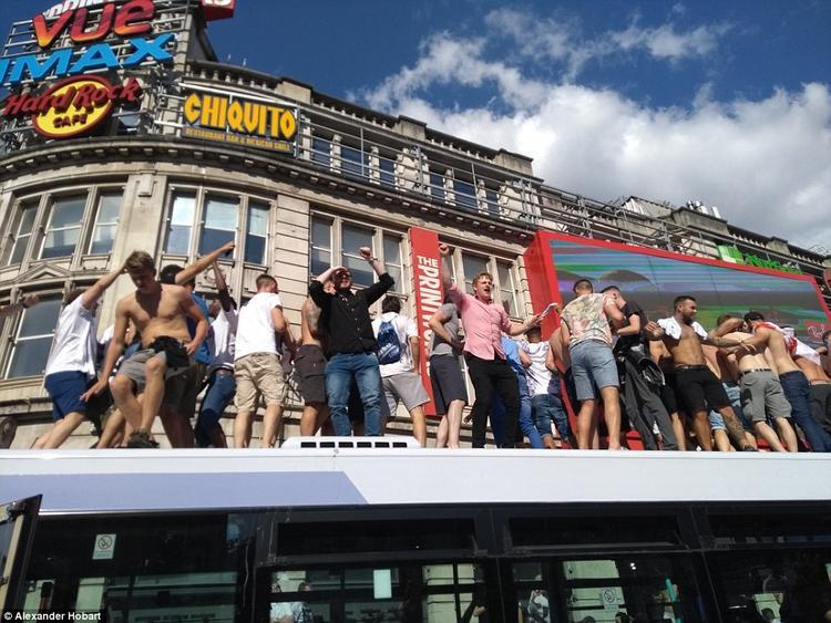Bên cạnh đó, cũng có hàng chục người cùng nhau nhảy múa trên nóc xe buýt hai tầng. Ảnh: Alexander Hobart