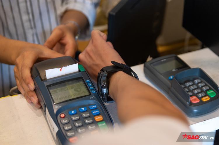 Giữa một cửa hàng đông đúc hay trung tâm thương mại, dùng Gear S3 để thanh toán mang lại cảm giác hi-tech và khác biệt cho người dùng