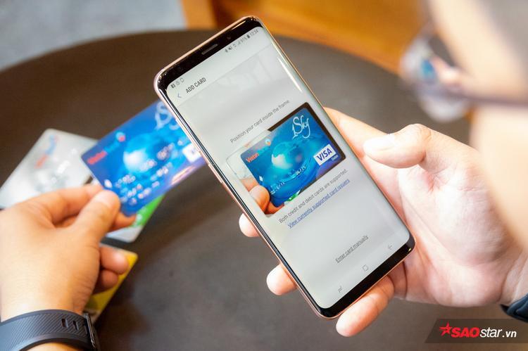 Việc đưa thẻ vào Samsung Pay khá dễ dàng với chỉ hai bước. Hiện tại Samsung Pay trên Gear S3 mới chỉ hỗ trợ thẻ thanh toán, chưa có thẻ thành viên như trên điện thoại