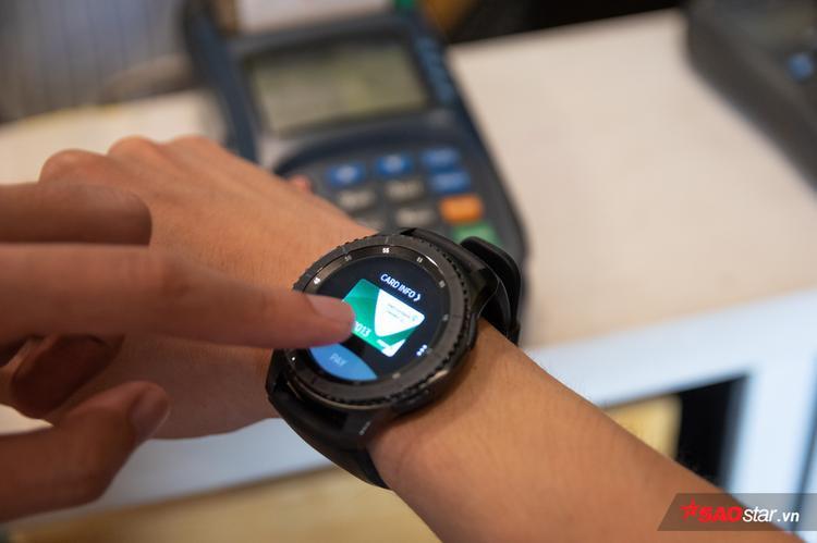 Nếu đã thêm nhiều thẻ vào Samsung Pay thì Gear S3 hỗ trợ chọn thẻ bằng thao tác vuốt trên màn hình