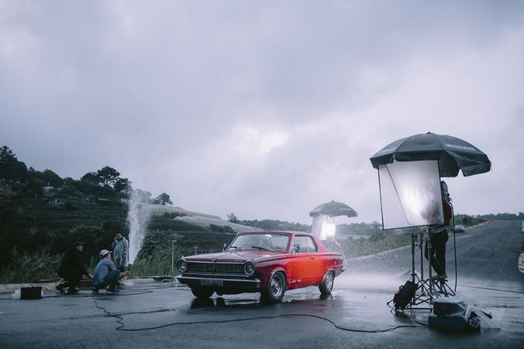 Ê-kip gồm 20 người đã cùng nhau trong 2 ngày để quay dưới những cơn mưa dai dẳng ở Đà Lạt và cái nắng cháy của Phan Rang để mang tới những khung hình lạ mắt trong MV.