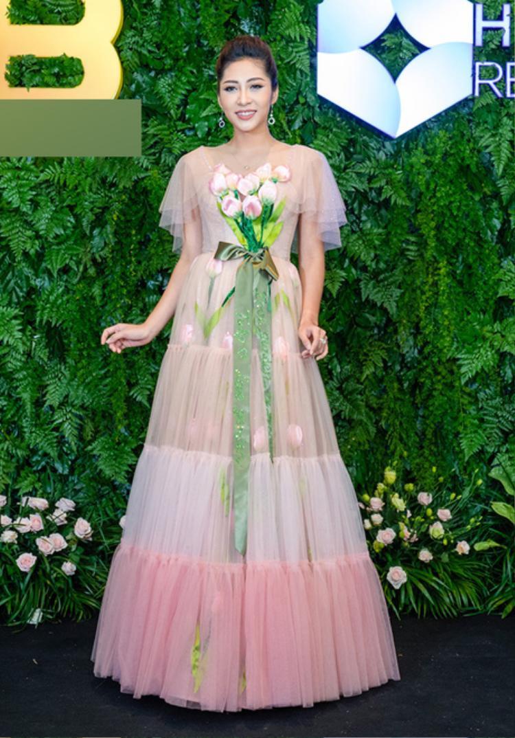 Màu sắc sến sẩm cùng những chi tiết trang trí thừa thãi trên trang phục khiến Hoa hậu Đại dương 2014 Đặng Thu Thảo phải chịu cảnh lọt vào danh sách sao mặc xấu tuần này.
