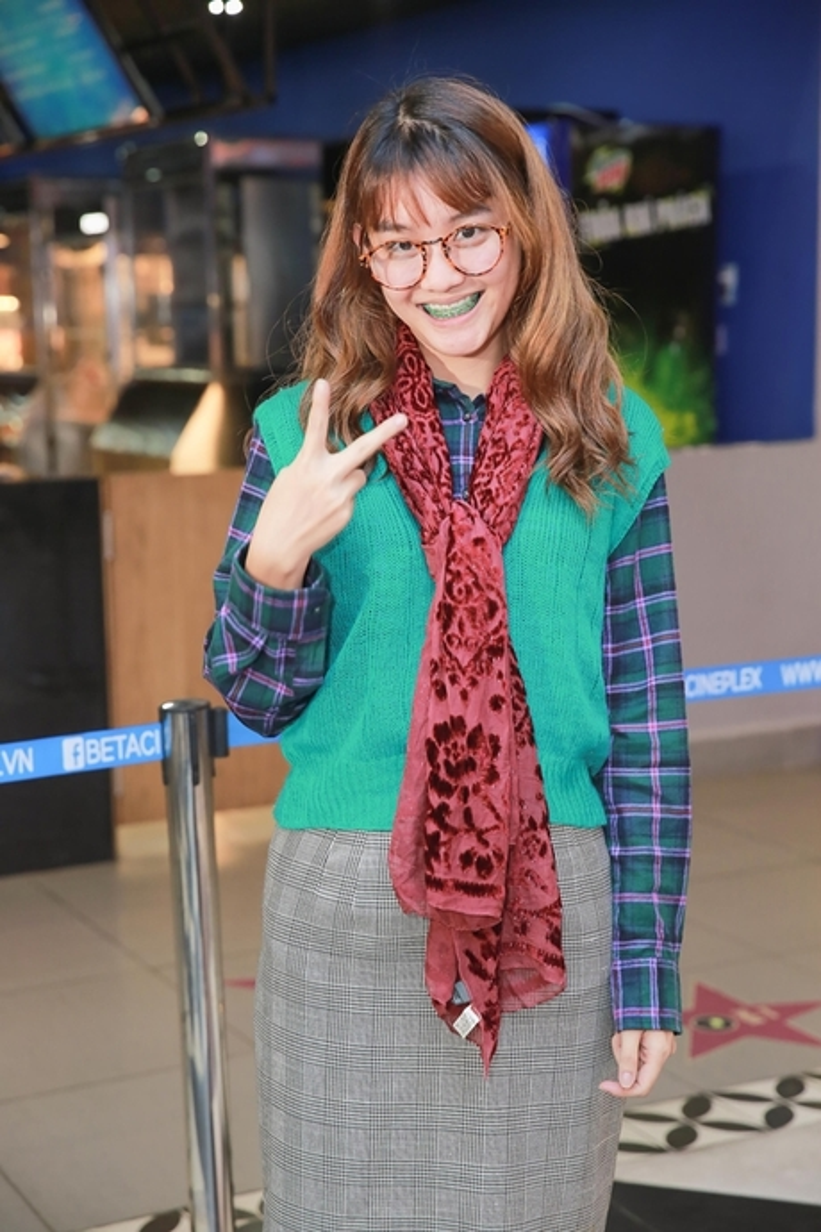 Diễn viên Việt Linh chưng diện outfit rườm rà với nhiều món đồ được mix không liên quan. Dẫu biết cô nàng muốn đem lại hình ảnh của vai diễn mọt sách trong bộ phim sắp ra mắt của mình, nhưng khi xuất hiện trước công chúng trong một sự kiện quan trọng thì vẻ ngoài này lại bị đánh giá là lôi thôi.