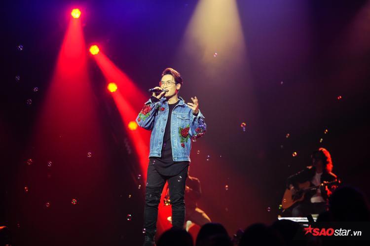 Đáng chú ý, ca khúc gắn liền với tên tuổi của Hà Anh Tuấn - Tháng 4 là lời nói dối của em được anh thể hiện với bản phối hoàn toàn mới khiến khán giả vô cùng thích thú.