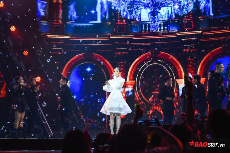 Dù phải thể hiện 2 ca khúc liên tiếp cùng vũ đạo nhưng phần live của Chi Pu được đánh giá là khá tốt và rõ lời.