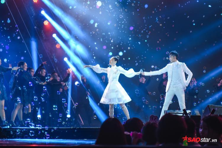 Chi Pu xuất hiện như một nàng công chúa trong đêm nhạc.