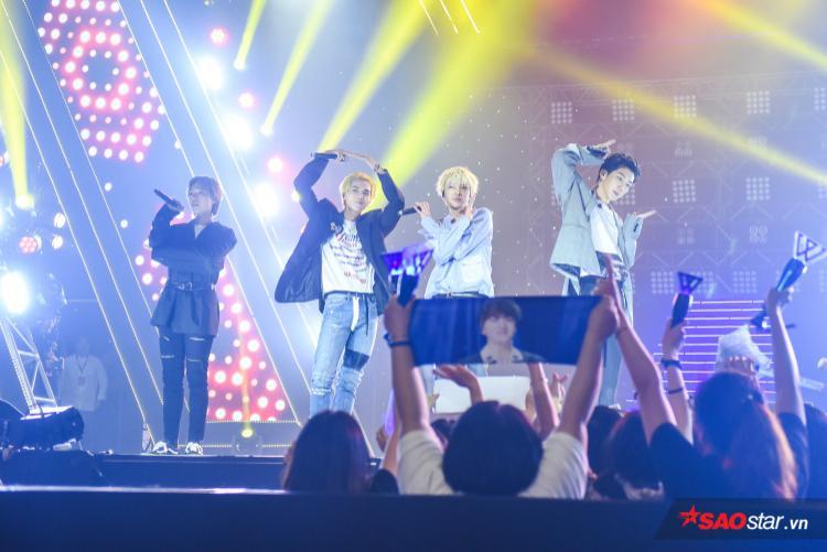 """Các chàng trai nhà YG còn khiến đêm nhạc """"nóng"""" hơn bao giờ hết khi dành tặng fan lời nói cực ngọt ngào bằng tiếng Việt: """"Tôi yêu bạn""""."""