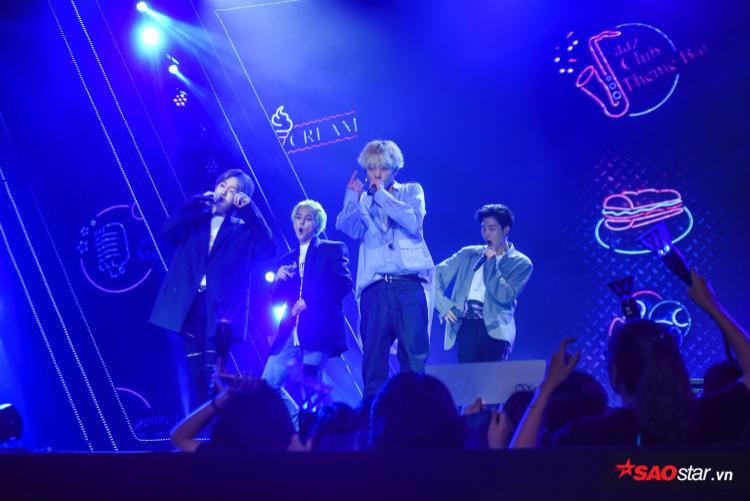 Và cuối cùng sau quãng thời gian dài chờ đợi, các chàng trai nhóm WINNER cũng xuất hiện trong sự hò reo cổ vũ của khán giả.