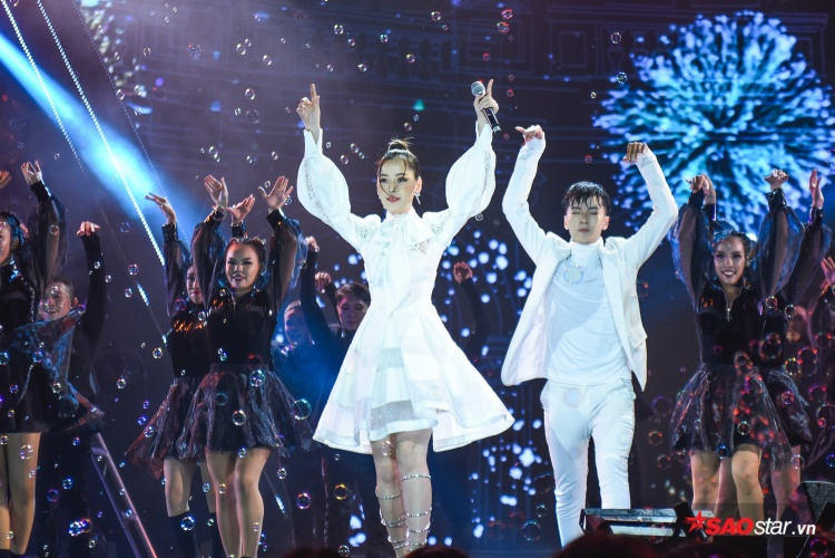 Tiếp tục mang Đóa hoa hồng đại náo đêm nhạc: Mừng quá, Chi Pu đã không hát nhép nữa rồi!