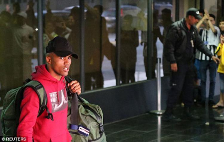 Tiền vệ Douglas Costa là người xuất hiện đầu tiên khi về đến sân bay. Ảnh: Reuters.