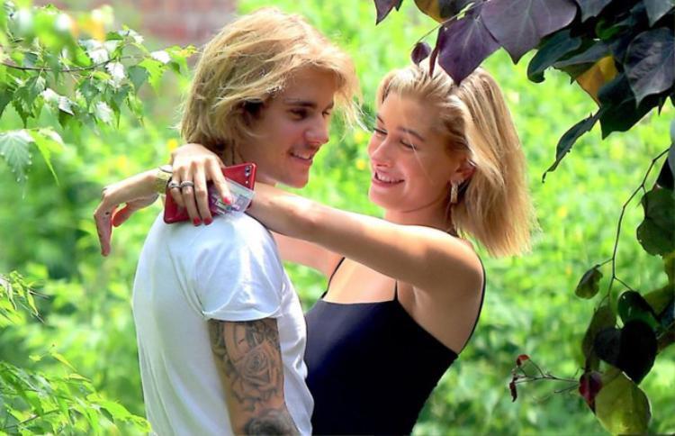 Cặp đôi Justin và Hailey không ngần ngại thể hiện tình cảm nơi đông người.