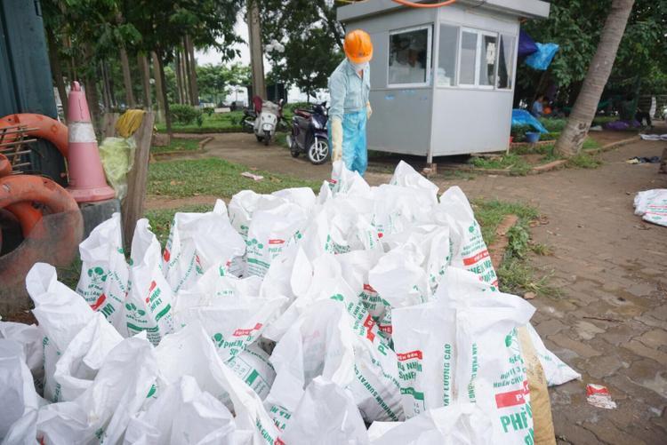 Hàng chục bao tải chứa cá chết được thu gom lên bờ sau đó sẽ có xe chở rác mang đi nơi khác tiêu huỷ, đảm bảo vệ sinh môi trường.