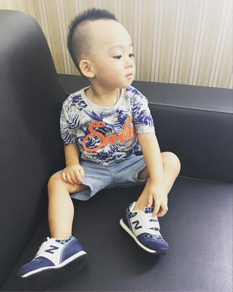 Ricky - con trai siêu mẫu Ngọc Thạch đi học bị ngã gãy răng đang nhận được nhiều sự quan tâm từ phía cộng đồng mạng.