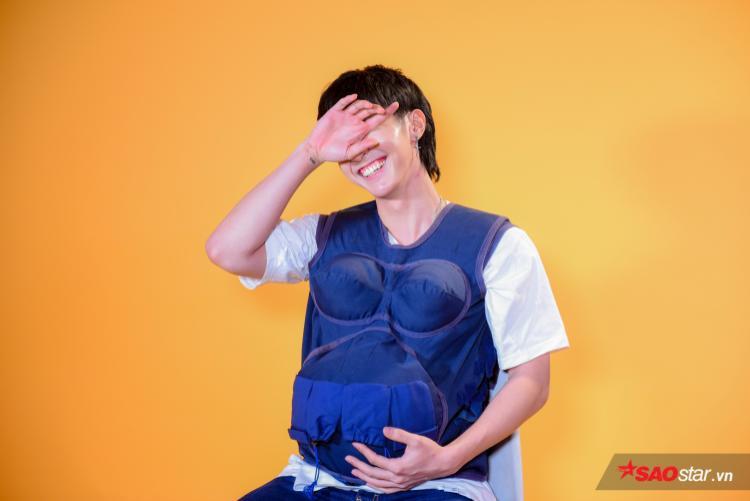 Như có cái gì đấm vào bụng là cảm giác của Key khi mang chiếc áo bầu kỳ diệu.