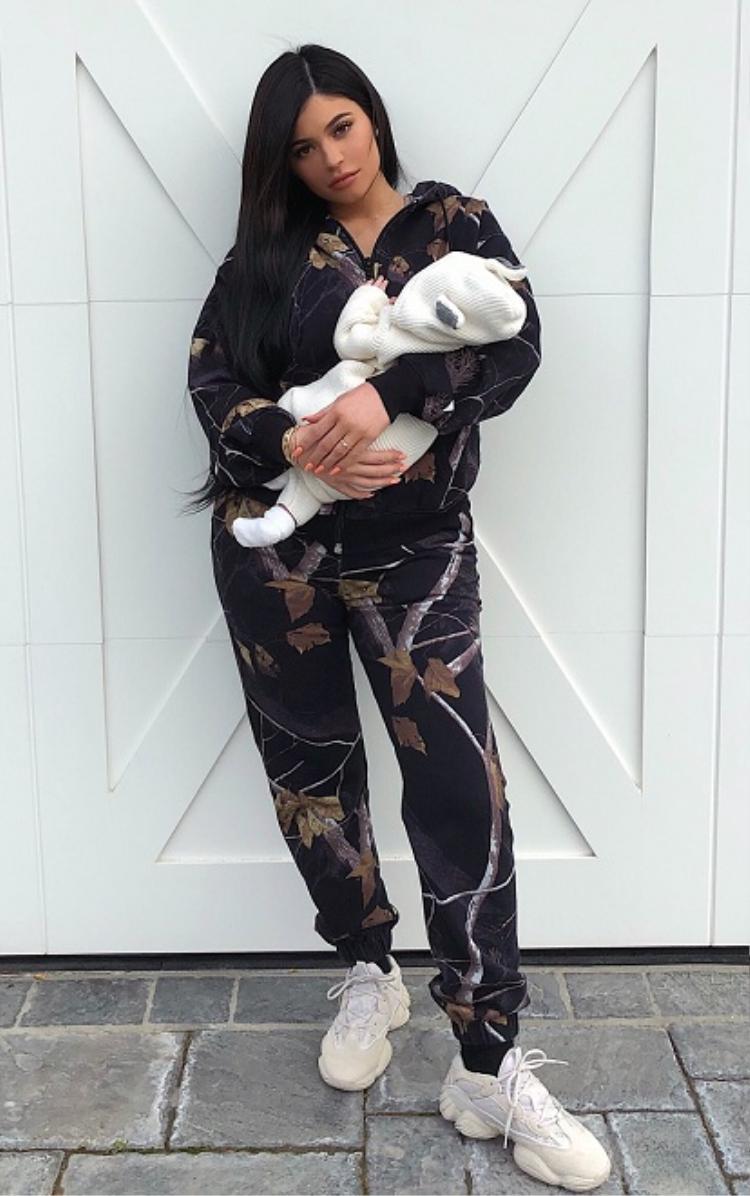 Kylie Jenner lo lắng không lấy lại được phong độ vóc dáng sau sinh
