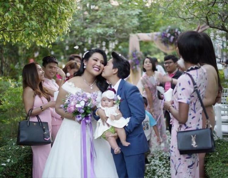 Hàng nghìn khách mời và giới truyền thông có mặt tại đám cưới đặc biệt.