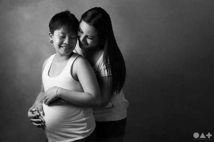 Cặp đôi có con sau hơn 1 năm yêu nhau.