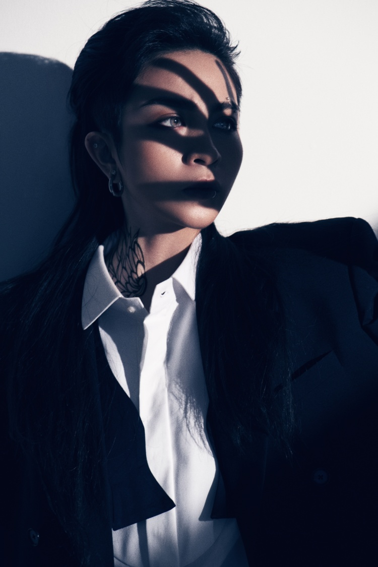 """Lựa chọn kiểu tóc đen, suôn, thẳng, dài quá vai, Gil Lê cũng thành công """"đốn tim"""" khán giả bởi thần thái """"không thể đùa được đâu""""."""