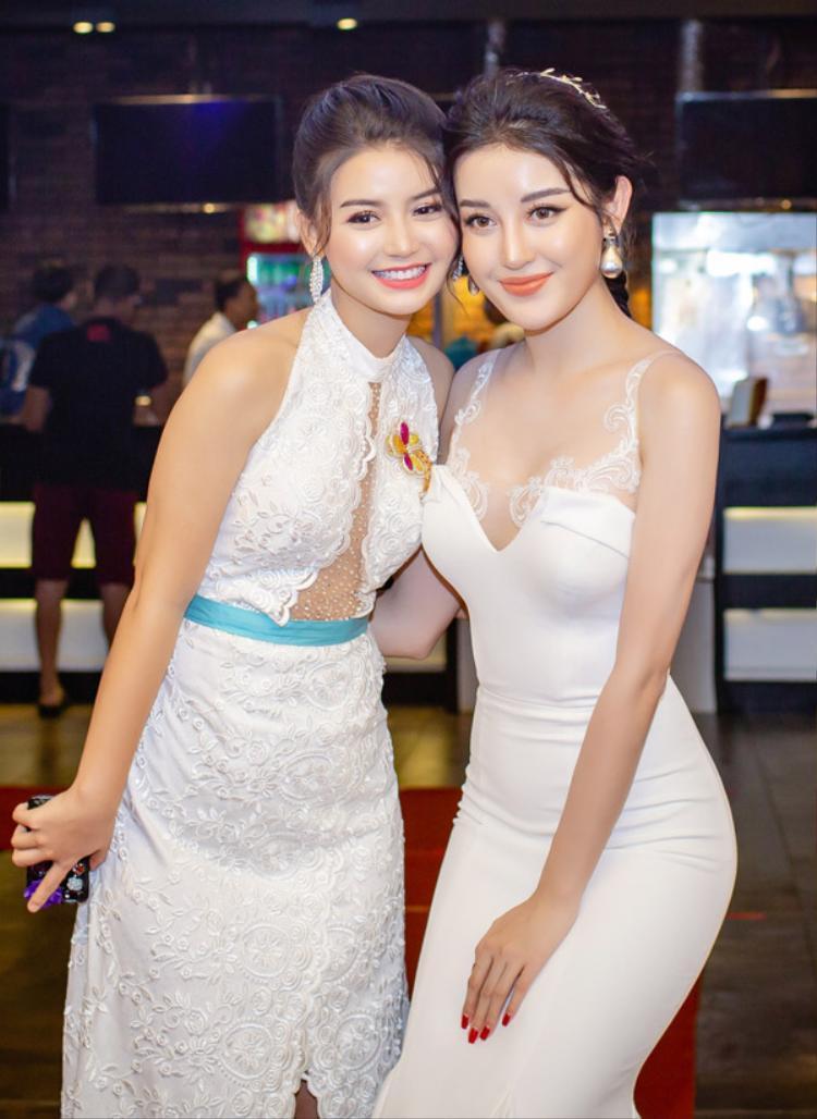 Hoa hậuKhin Wint Wah và Á hậu Việt Nam 2014 rất thân thiết sau lần đóng phim chung. Để người đẹp Myanmar không bị lép vế về chiều cao khi chụp ảnh cùngmình, Huyền My chủ động cúi người xuống thấp.