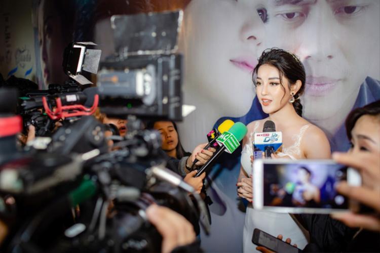 Á hậu liên tục được báo giới Myanmar ghi hình, phỏng vấn trong buổi ra mắt phim.