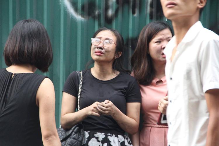 Khi được đưa xuống đất, nhiều nữ nhân viên sợ hãi bật khóc.