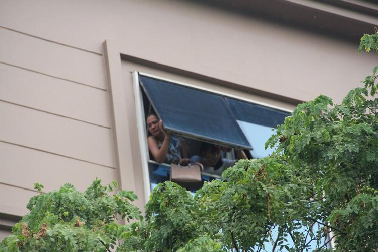 Nhiều người kêu cứu vì bị mắc kẹt trong ngôi nhà trên.