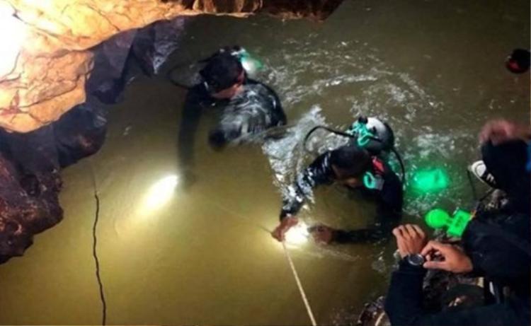 Lực lượng cứu hộ của Thái Lan và nhiều nước đang ráo riết tiến hành việc giải cứu đội bóng Lợn Hoang.