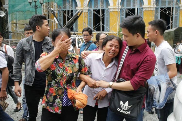 Người thân của các nạn nhân ra về trong nước mắt.