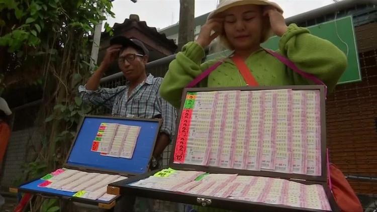 Người bán vé xổ số Sarirat Ladloy (phải). Ảnh: Reuters