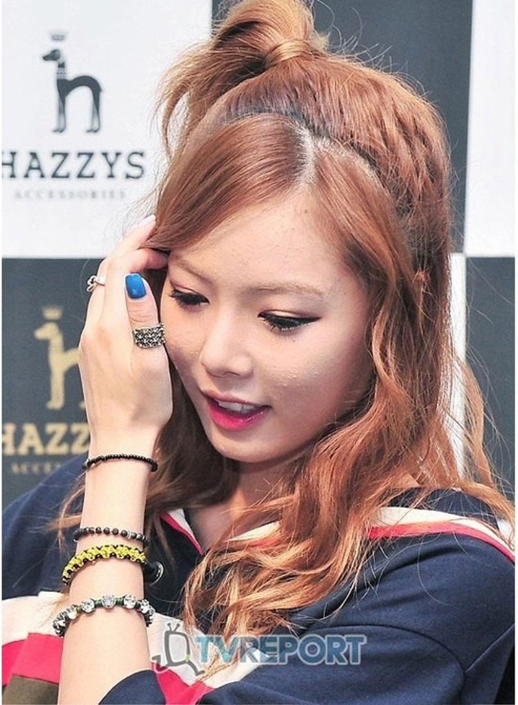 """Sexy trên sân khấu là vậy nhưng HyunA cũng từng khiến fan khá """"sốc"""" với gương mặt nhiều đốm thâm mụn."""
