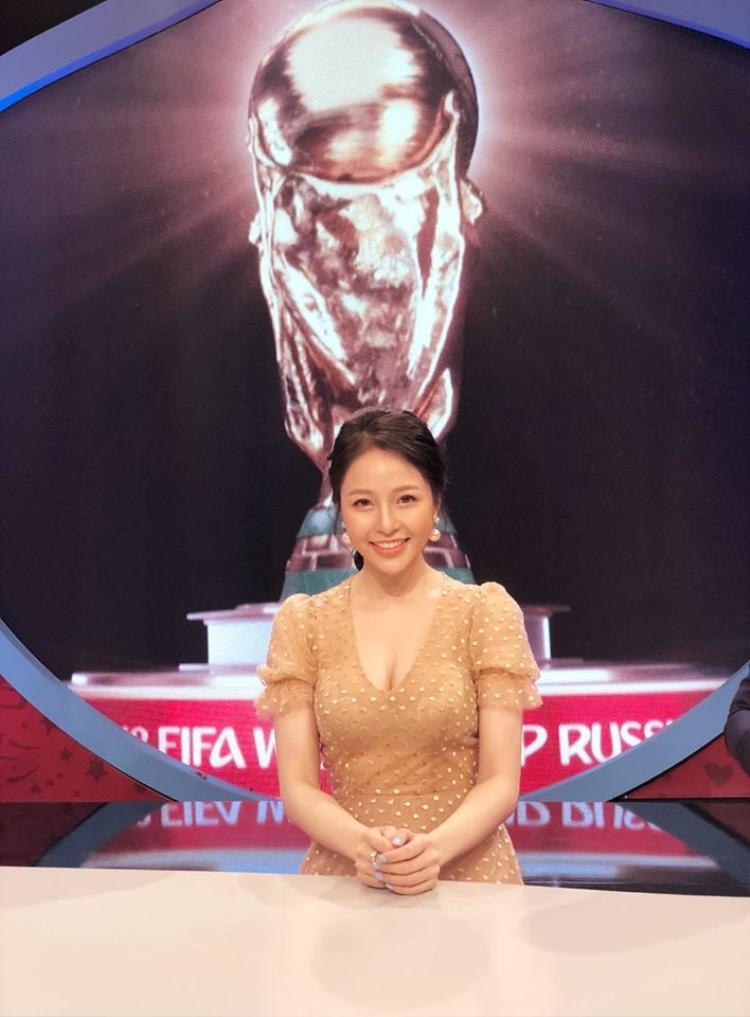 Trâm Anh được chú ý khi tham gia bình luận World Cup 2018 trên VTV.
