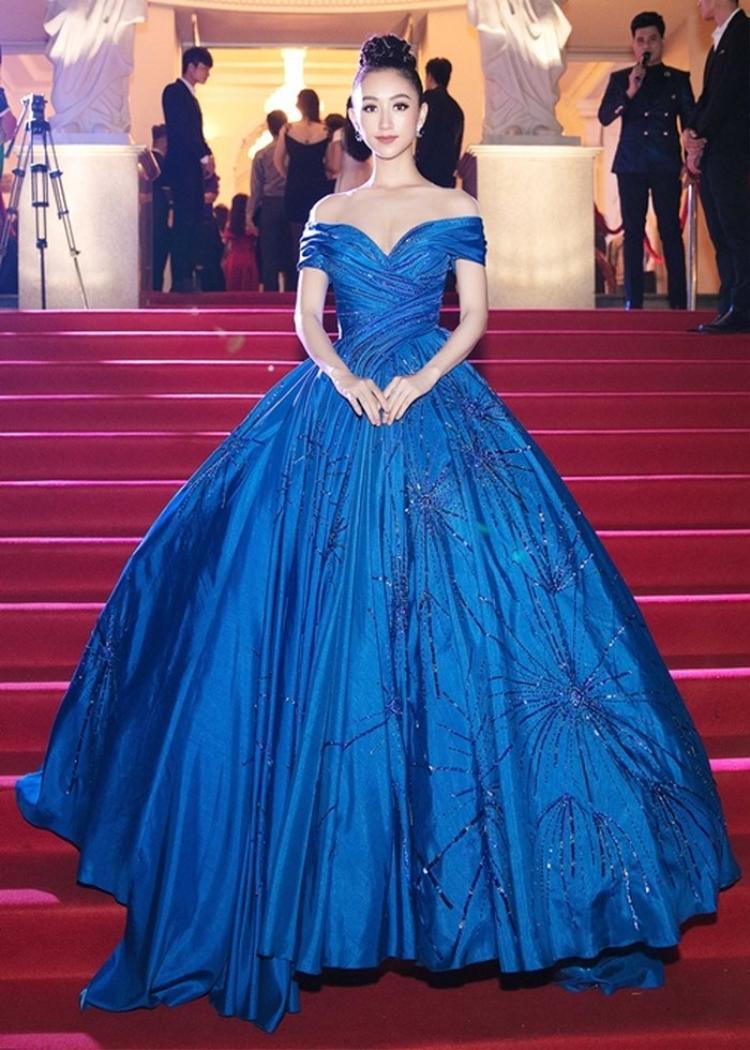 """Ngay sau đó chiếc váy được top 16 Hoa hậu Trái đất diện trên thảm đỏ lễ trao giải """"Người phụ nữ của năm"""", diễn ra vào tháng 2/2018. Cả hai lần diện là hai lần cô chinh phục người xem bởi sự lộng lẫy không chê vào đâu được."""