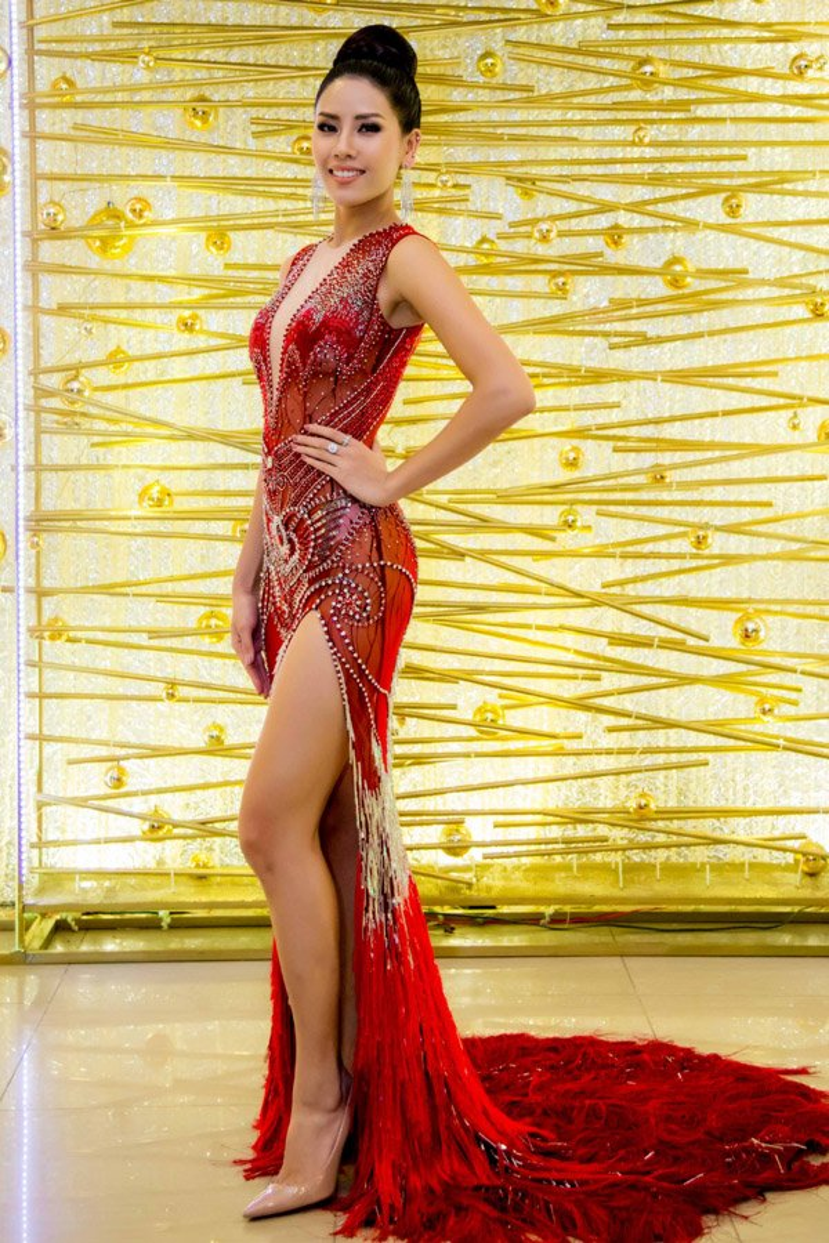 Cũng như các người đẹp Việt khác, chân dài tiếp tục trưng dụng thiết kế này tại xuất hiện tại sự kiện tri ân của đại diện Việt Nam tại Miss Universe 2017. Trong bộ cánh tông đỏ xuyên thấu, Nguyễn Thị Loan khoe vẻ đẹp mặn mà, quyến rũ ở độ tuổi 27.