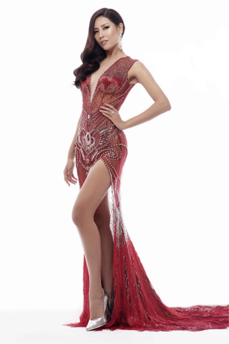 """Đại diện Việt Nam ở Miss Universe 2017 là Á hậu Nguyễn Thị Loan cũng là người đẹp """"nhai lại"""" thiết kế cũ. Thiết kế xuyên thấu được đính lông vũ ở phần chân váy được đồng hành với người đẹp trong cuộc thi diễn ra vào cuối năm 2017 ở Mỹ. Bộ cánh nằm trong 3 mẫu thiết kế của nhà tạo mốt Đỗ Long dành riêng cho đại diện Việt Nam ở cuộc thi Miss Universe."""