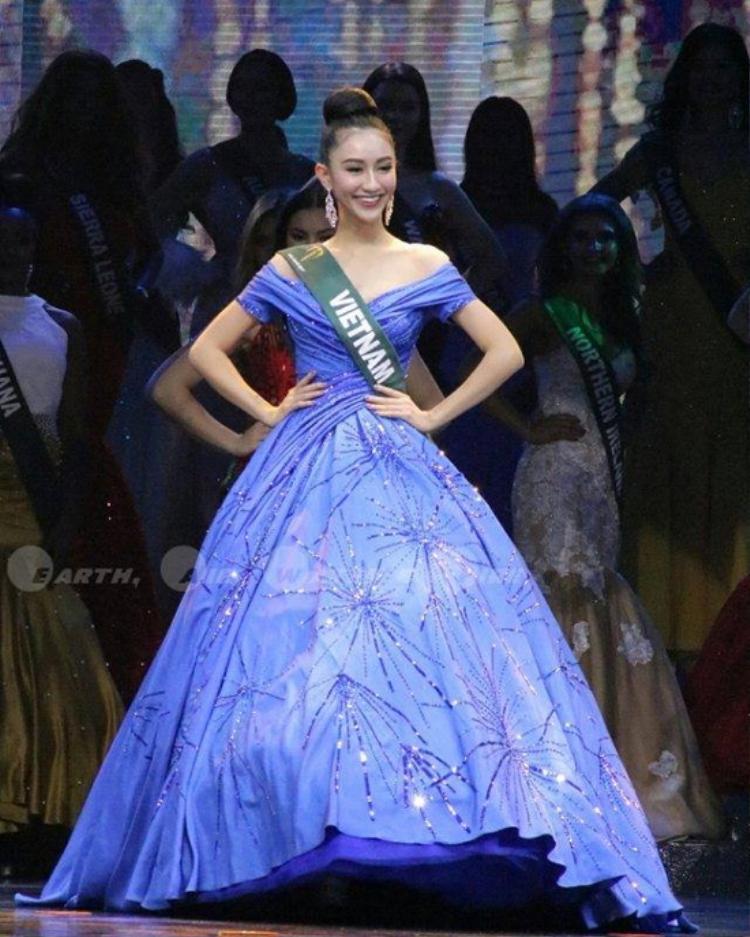 """Trong đêm chung kết Miss Earth - Hoa hậu Trái đất 2017 diễn ra hồi tháng 11 tại Philippines. Hà Thu nổi bật trong bộ trang phục được lấy cảm hứng từ sự phát sáng đầy bí ẩn của rạn san hô dưới đáy biển của nhà mốt Lê Thanh Hòa.Bất ngờ, NTK người Mỹ - Nick Verreos đã """"đăng đàn"""", đây chính là bộtrang phục dạ hội đẹp nhất tại Miss Earth 2017."""