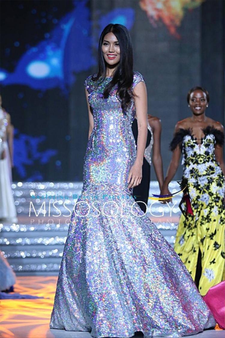 Không chỉ Đỗ Mỹ Linh mà cả Lan Khuê cũng không ngại diện lại váy cũ. Chiếc đầm đuôi cá ánh kim lấp lánh này từng giúp đại diện Việt Nam có màn tỏa sáng rực rỡ trong đêm chung kết Miss World 2015 khi được xướng tên vào top 11.