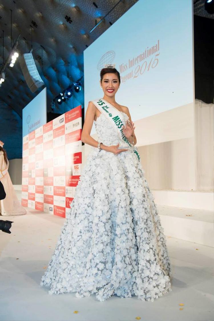 Á hậu Thúy Vân nổi bật với đầm dạ hội lấy cảm hứng từ hoa anh đào được cô diện trong đêm chung kết Miss International 2015 tại Nhật Bản. Chiếc váy đã góp phần vào thành tích Á hậu 3 chung cuộc.