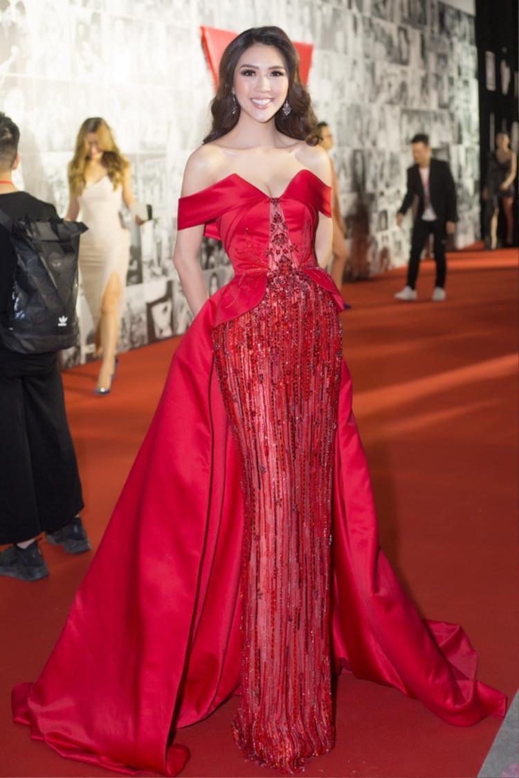 Chỉ vài ngày sau khi trở về từ cuộc thi, người đẹp xuất hiện trong đêm trao giải We Choice Awards tối 4/2 tại TPHCM, với bộ đầm đỏ lộng lẫy quen thuộc.
