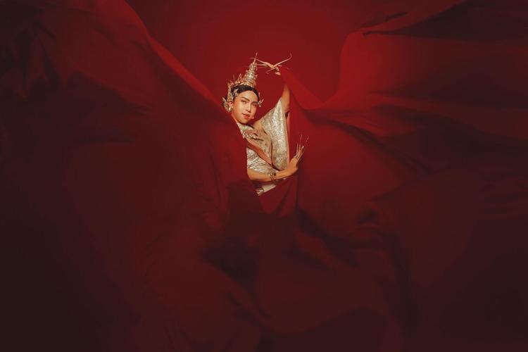 Ngắm bộ ảnh Nữ thần Thái Lan siêu đầu tư của anh chàng LGBT được mệnh danh là Thánh nữ chân mày