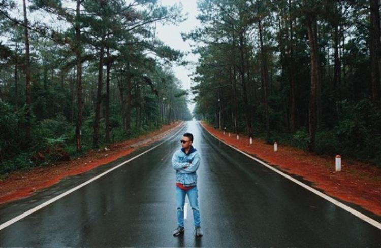 Con đường là điểm check-in yêu thích của giới trẻ khi ghé thăm Măng Đen. (Ảnh: joker.gg)