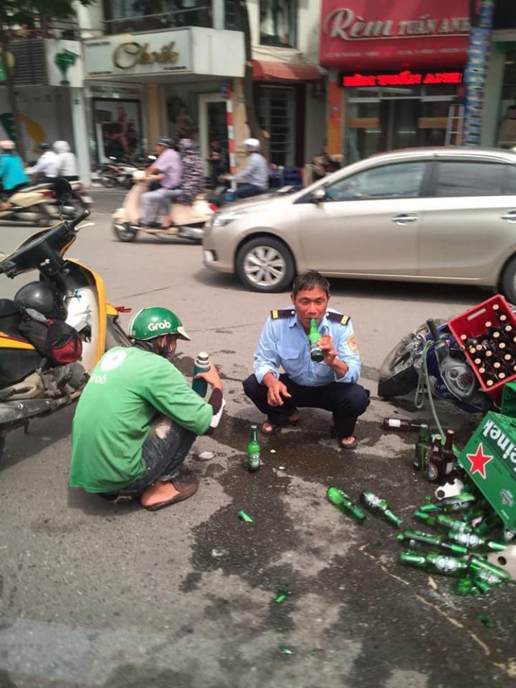 Dân mạng thả tim ồ ạt cho bức ảnh hai người uống bia cùng nhau sau va quệt giao thông, xung quanh lổn ngổn vỏ chai vơ